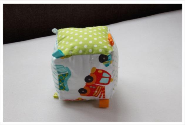 Coussin cube «A toute allure»